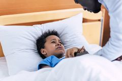 Płaczu amerykanina afrykańskiego pochodzenia chłopiec w szpitalu fotografia royalty free