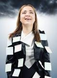Płakać biznesowej kobiety z kleistymi notatkami na jej kostiumu Obrazy Stock