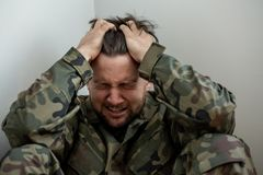 Płakać fachowego żołnierza z depresją i urazem po wojny zdjęcie royalty free