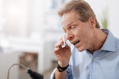 Płakać mężczyzna wyciera jego łzy zdjęcia royalty free