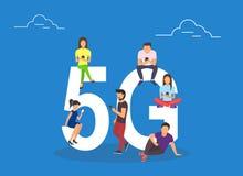 Płascy ludzie siedzi na dużym 5G symbolu z gadżetami Fotografia Royalty Free