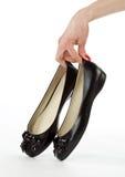 płascy ręki mienia pary buty fotografia royalty free
