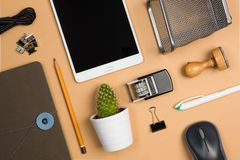 płaska fotografia z biurowym wyposażeniem, znaczkiem, ołówkiem i notatnikiem, Fotografia Stock