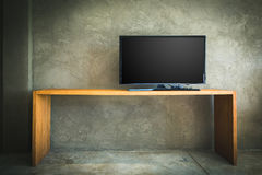 Płaska LCD telewizja na drewno stole w żywym pokoju z grunge Fotografia Royalty Free