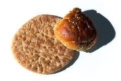 Płaski chleb z rolką na bielu Obrazy Stock
