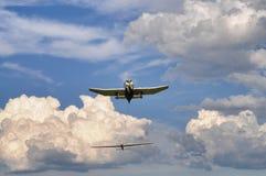 Płaski frontowy dolny widok z przyholowanym szybowem na chmurnym niebieskim niebie zdjęcie royalty free