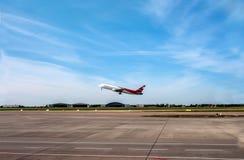 Płaski iść zdejmował na pasie startowym na tle niebieskie niebo z chmur pierzastych chmurami fotografia stock