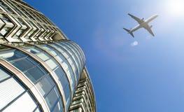 Płaski latanie nad nowożytny budynek biurowy Obraz Stock