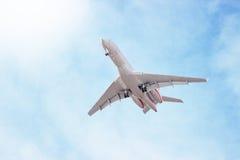 Płaski latanie przez chmur w niebie Dżetowy samolot obraz royalty free