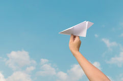 Płaski papier w dzieciach ręka i niebieskie niebo Zdjęcie Royalty Free