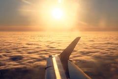 Płaski skrzydło i słońce nad chmurami Obrazy Royalty Free