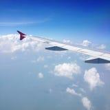 Płaski skrzydło na chmurnym niebie Obrazy Royalty Free