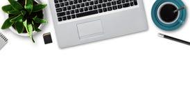 Płaski układ nowożytny laptop, filiżanka kawy, ołówek, notepad, błyskowa karta, flowerpot z zieloną rośliną odizolowywającą nad b zdjęcia royalty free