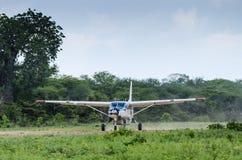Płaski właśnie lądujący w krzaku Tanzania Obrazy Royalty Free