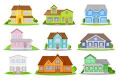 Płaski wektorowy ustawiający kolorowi domy z zieloną łąką, krzakami i drzewami, Wygodne mieszkaniowe chałupy tradycyjny ilustracja wektor