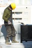 Płaskie dachowego nakrycia pracy z dekarstwem czującym Zdjęcie Stock