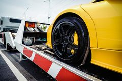 Płaskiego łóżka holownicza ciężarówka ładuje łamanego pojazd obrazy royalty free
