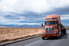 Płaskiego łóżka semi ciężarówki odtransportowania ładunek pod pokrywą na Kalifornia Zdjęcia Royalty Free