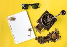 Płaskiej warstwy modnisia życia stylu kawowy set, kawowe fasole, zdruzgotane fasole w rocznika drewnianym kawowym ostrzarzu Fotografia Royalty Free