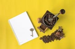 Płaskiej warstwy modnisia życia stylu kawowy set, kawowe fasole, zdruzgotane fasole w rocznika drewnianym kawowym ostrzarzu Zdjęcia Stock