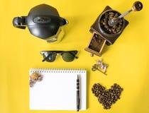 Płaskiej warstwy modnisia życia stylu kawowy set, kawowe fasole, zdruzgotane fasole w rocznika drewnianym kawowym ostrzarzu Zdjęcia Royalty Free