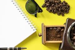 Płaskiej warstwy modnisia życia stylu kawowy set, kawowe fasole, zdruzgotane fasole w rocznika drewnianym kawowym ostrzarzu, Obraz Royalty Free