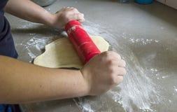Płaszczenia ciasto z toczną szpilką obrazy stock