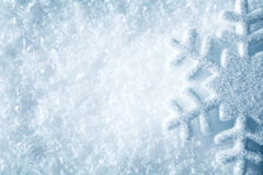Płatek śniegu na śniegu, Błękitny Śnieżny płatków kryształów zimy tło zdjęcie royalty free