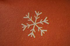 Płatek śniegu - zimy lub bożych narodzeń symbol na papierowym makro- strzale zdjęcia royalty free