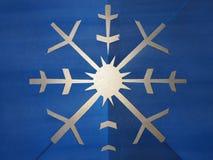 Płatka śniegu błękitny papier rzeźbiący w backlit Obrazy Stock