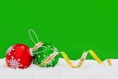 Płatka śniegu faborek na zielonym tle i baubles. Fotografia Stock