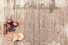 Płatki śniegu na drewnianym tle z Bożenarodzeniowymi owoc i tekstów Wesoło bożymi narodzeniami Obraz Royalty Free