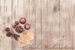 Płatki śniegu na drewnianym tle z Bożenarodzeniowymi owoc i tekstów Wesoło bożymi narodzeniami Fotografia Royalty Free