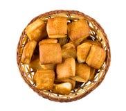 Płatkowaci ciastka w łozinowym koszu na białym tle Fotografia Royalty Free