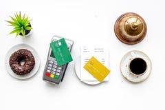 Płatniczy śmiertelnie na restauracyjnego biurka pobliskim rachunku, usługowy dzwon, kawa na białego tła odgórnym widoku zdjęcia stock