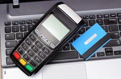 Płatniczy terminal i kredytowa karta na laptop klawiaturze, finansowy pojęcie Obraz Royalty Free