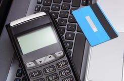 Płatniczy terminal i kredytowa karta na laptop klawiaturze, finansowy pojęcie Fotografia Royalty Free