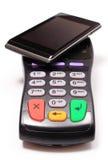 Płatniczy terminal i telefon komórkowy z NFC technologią obraz stock