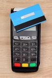 Płatniczy terminal z contactless kredytową kartą na biurku, finansowy pojęcie zdjęcie royalty free