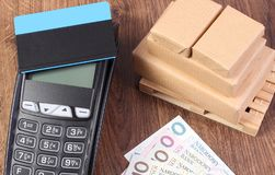 Płatniczy terminal z kredytową kartą, połysk waluty pieniądze i zawijającymi pudełkami na barłogu, Fotografia Royalty Free