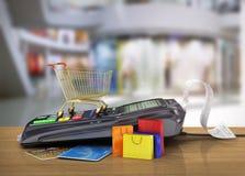 Płatniczy terminal z kredytową kartą, wózek na zakupy i zakupów półdupkami, Obrazy Stock