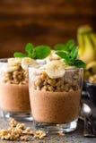 Płatowaty czekoladowy chia puddingu parfait z bananem, granola i jogurtem, deser obraz royalty free