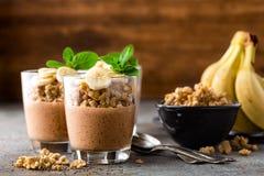 Płatowaty czekoladowy chia puddingu parfait z bananem, granola i jogurtem, deser obrazy stock