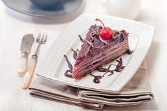 Płatowaty czekoladowy tort z wiśniami obraz royalty free