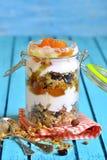Płatowaty deser od granola, jogurtu, persimmon i miodu, fotografia stock
