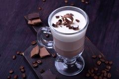 Płatowaty deser w Irlandzkim szklanym kubku z kawą zdjęcie royalty free