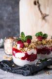 Płatowaty deser z jogurtem, granola, dżemem i malinkami, zdjęcia stock