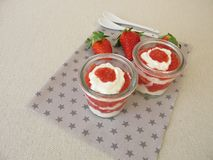 Płatowaty deser z truskawkami i curd serem obrazy stock