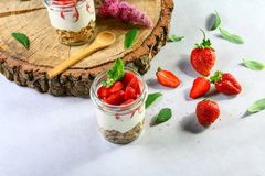 Płatowaty deser z truskawkami, tortem i kremowym serem na drewnianym tle, kopii przestrzeń Autentyczny stylu życia wizerunek zdjęcia stock