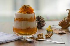 Płatowaty dyniowy deser z śmietanką i orzechem włoskim fotografia royalty free